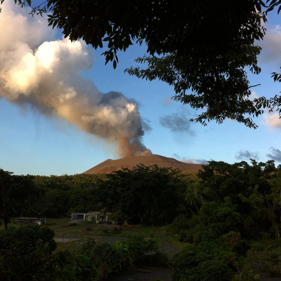 Vanuit onze boomhut hadden we uitzicht op Mount Yasur. Het was de ideale plek om uren te zitten, te kijken en te luisteren naar de vulkaan en hem een beetje te leren kennen. #vanuatu #tanna #mountyasur #vulcano #yasurviewlodge #roomwithaview