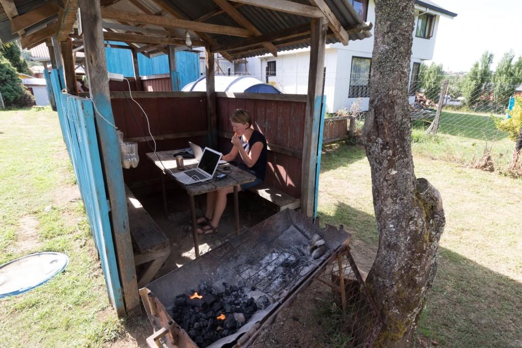 Yvonderweg - Doctor with doubts - Yvonne met laptop in Castro