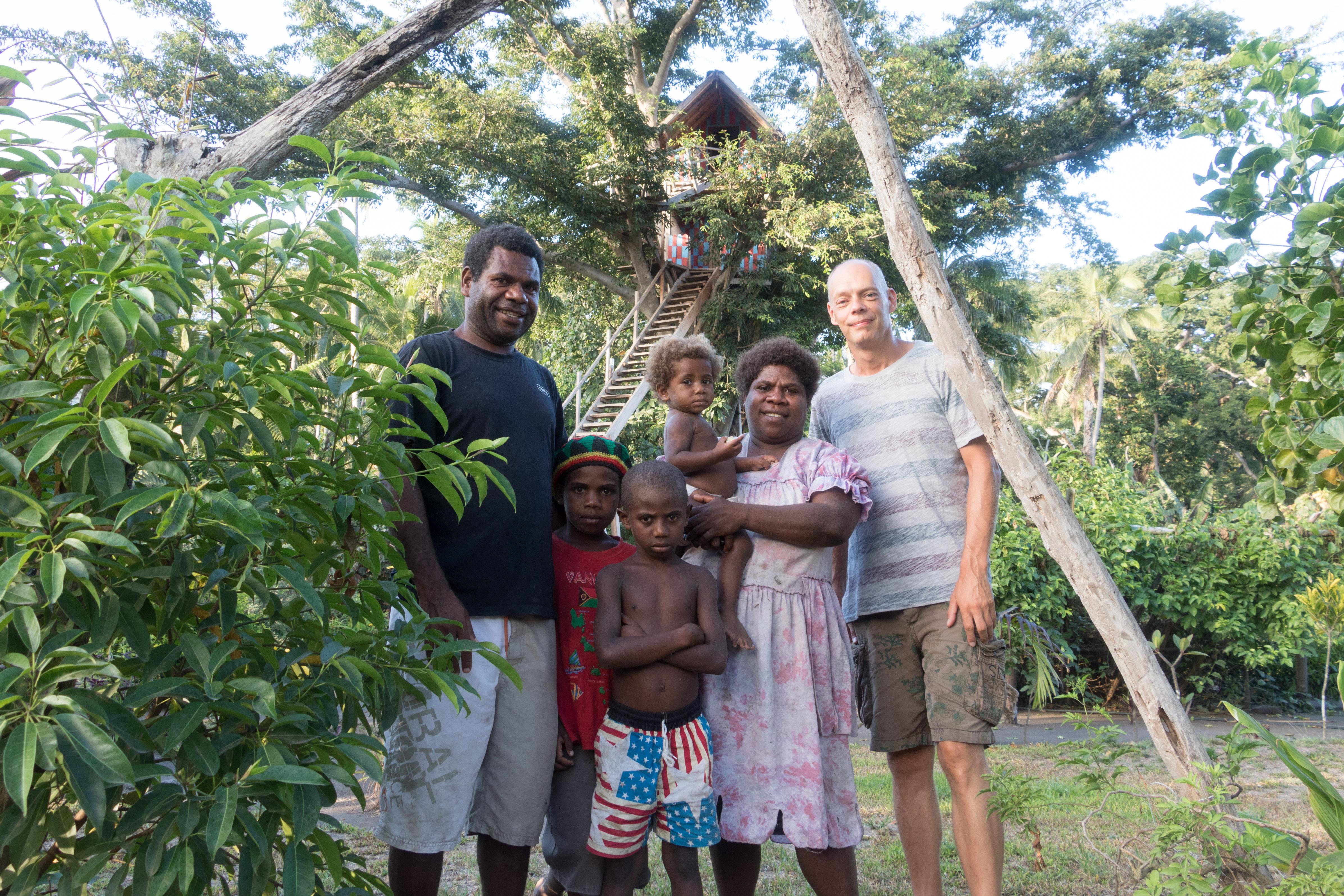 Tom met Thomas, zijn vrouw Jeanette en een deel van hun kinderen.