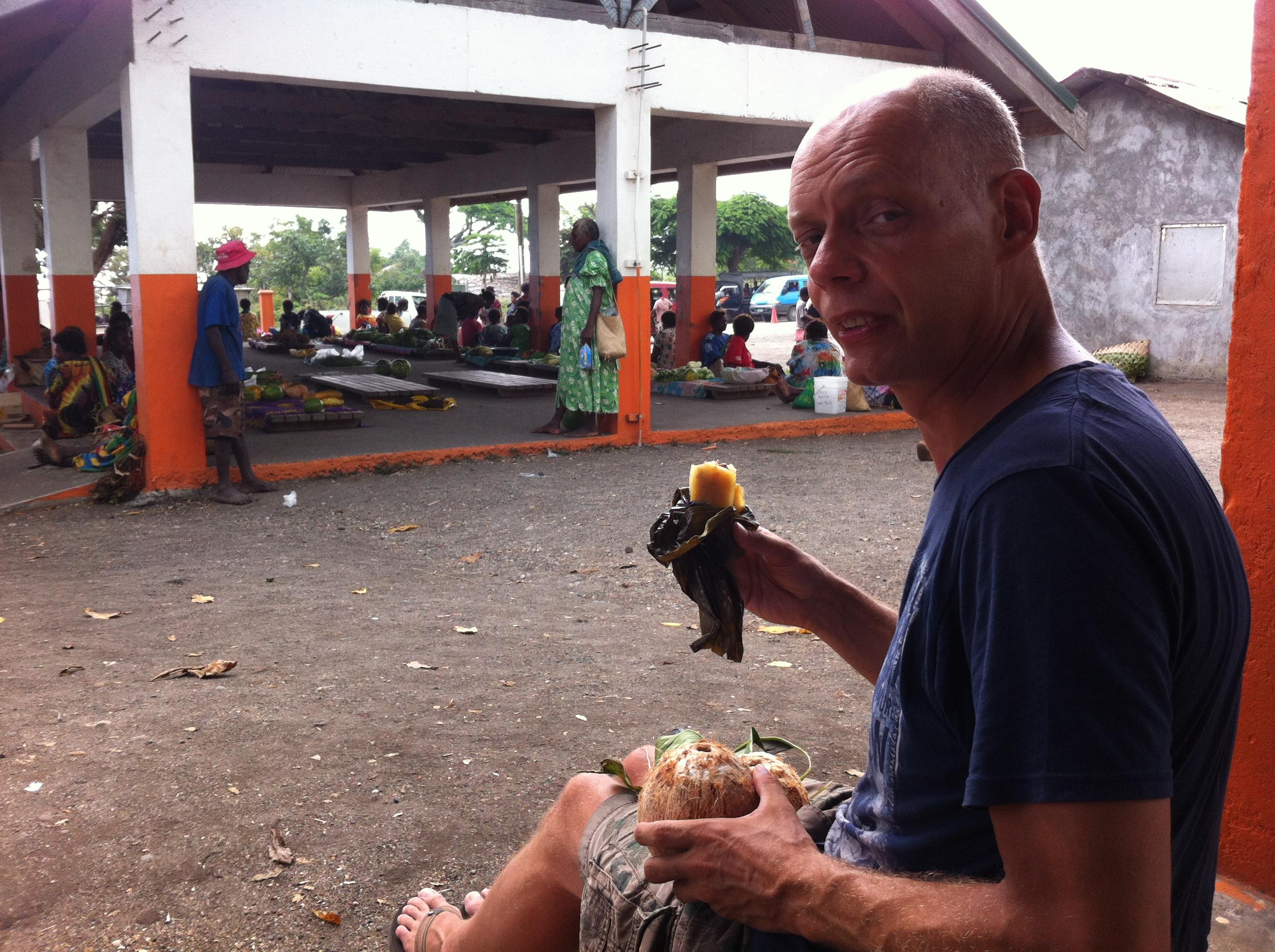 Yvonderweg - Avontuurlijk Tanna - Tom op markt Lenakel met Tuluk en kokosnoot