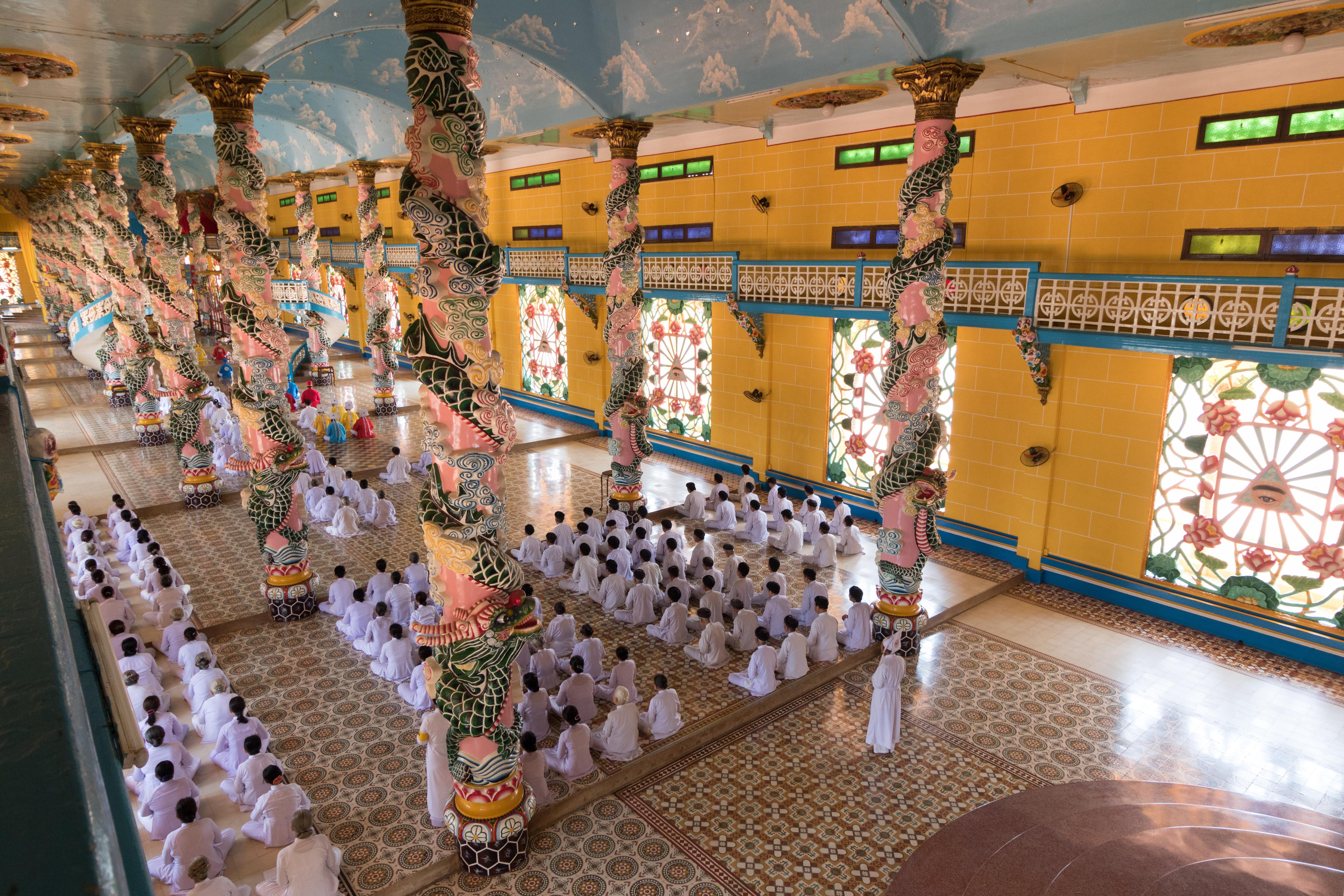 Yvonderweg - Hallo Ho Chi Minh! - Heilige Stoel van Cao Dai binnen