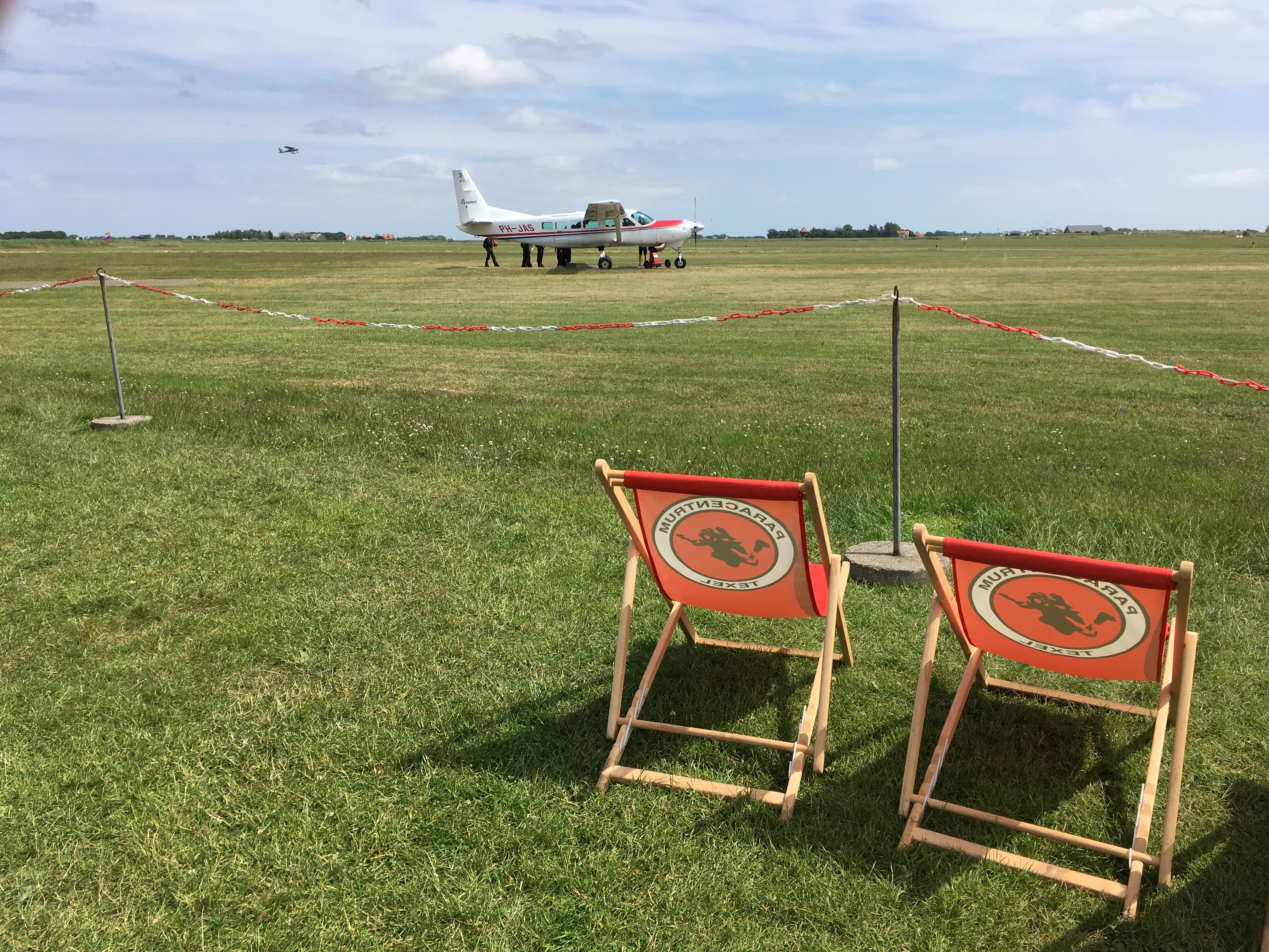 Yvonderweg - Stil - Instappen in het vliegtuig op Texel om te gaan skydiven