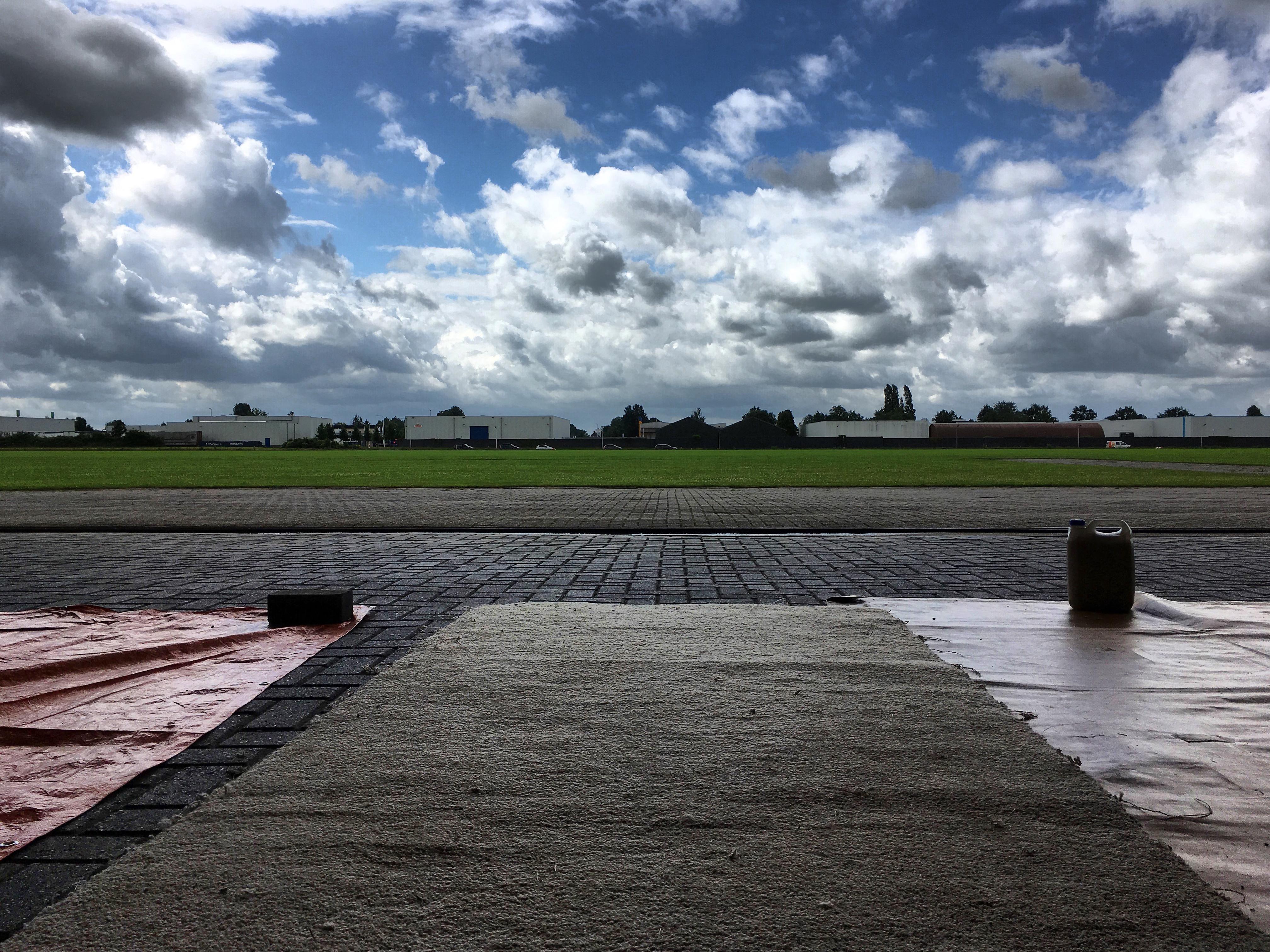 Uitzicht vanuit de hangar in Hoogeveen.