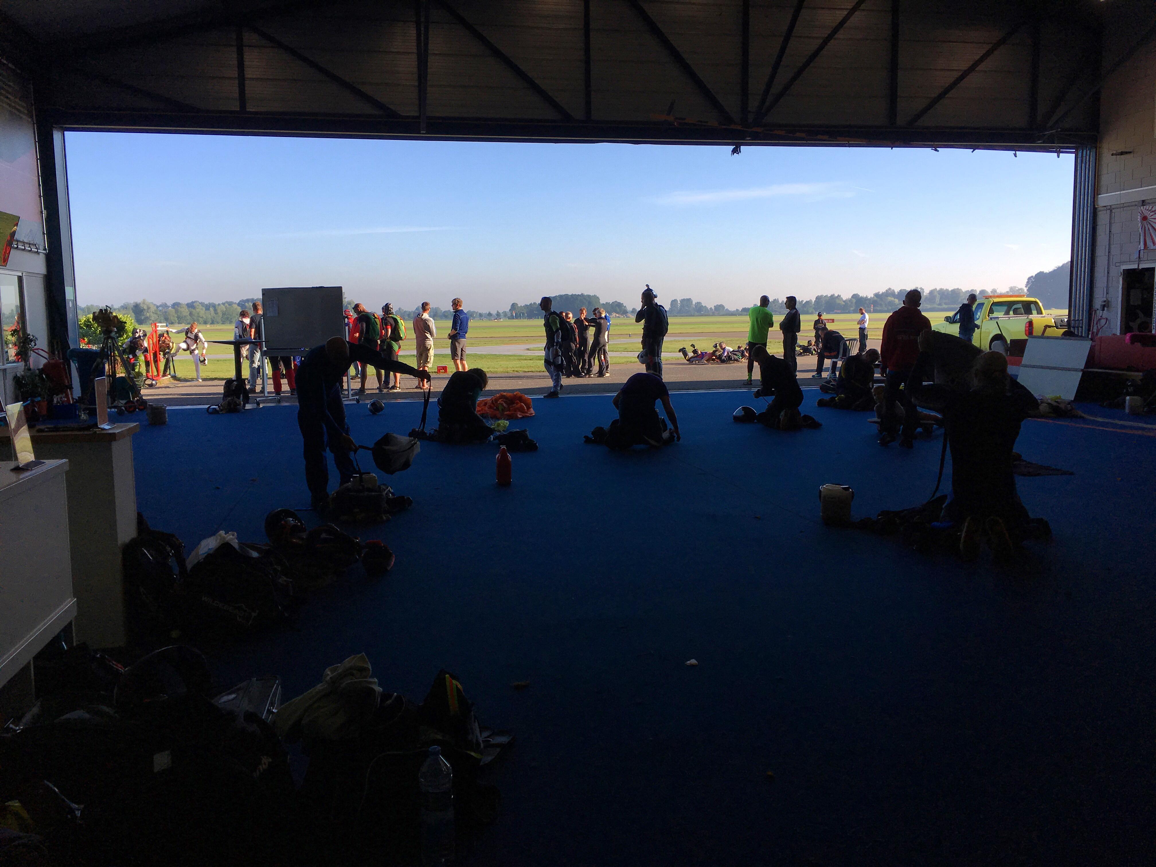 Hangar Nationaal Paracentrum Teuge tijdens Nederlands Kampioenschap Parachutespringen.