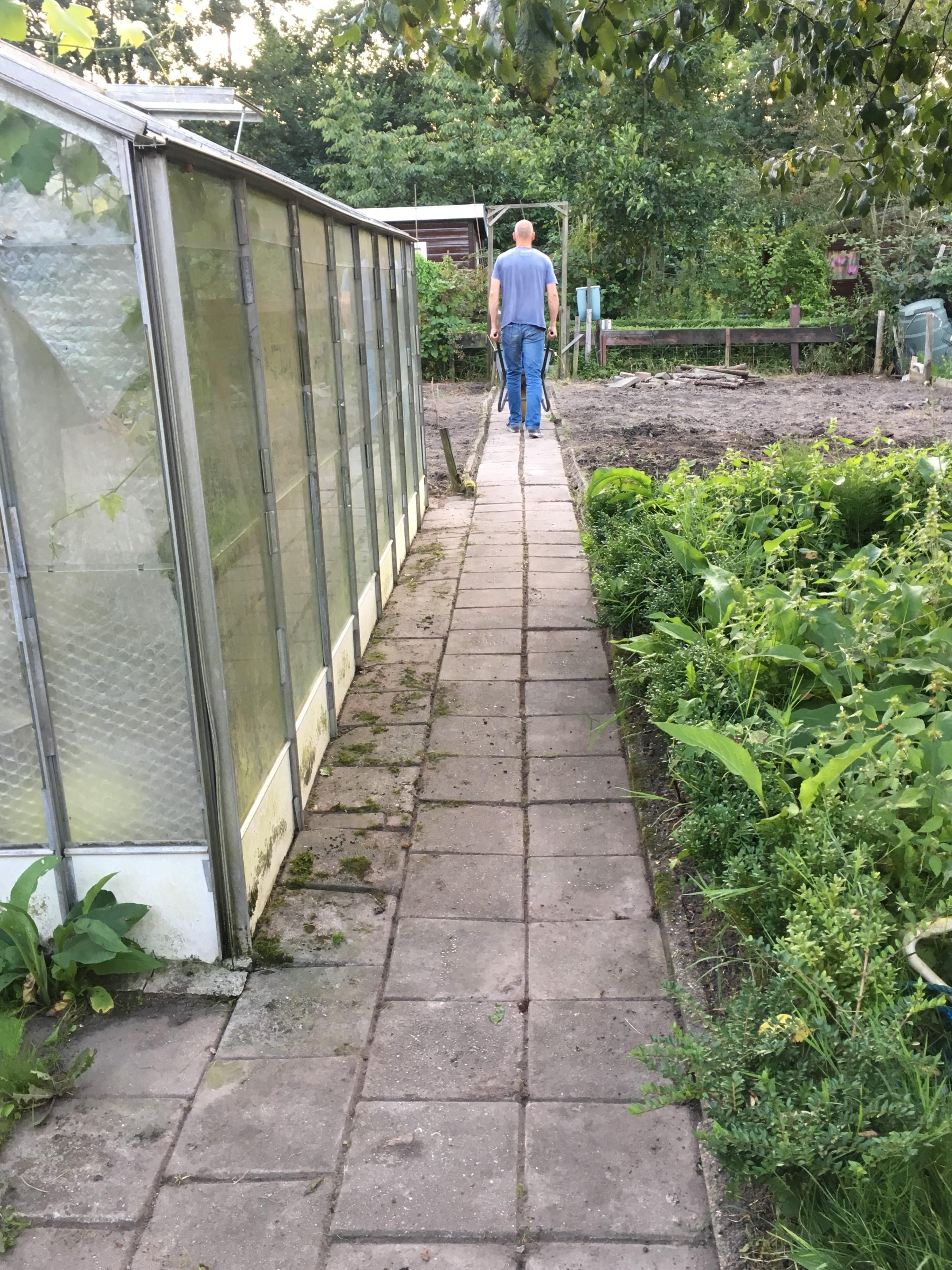 Het pad van de moestuin is ook weer onkruid vrij.