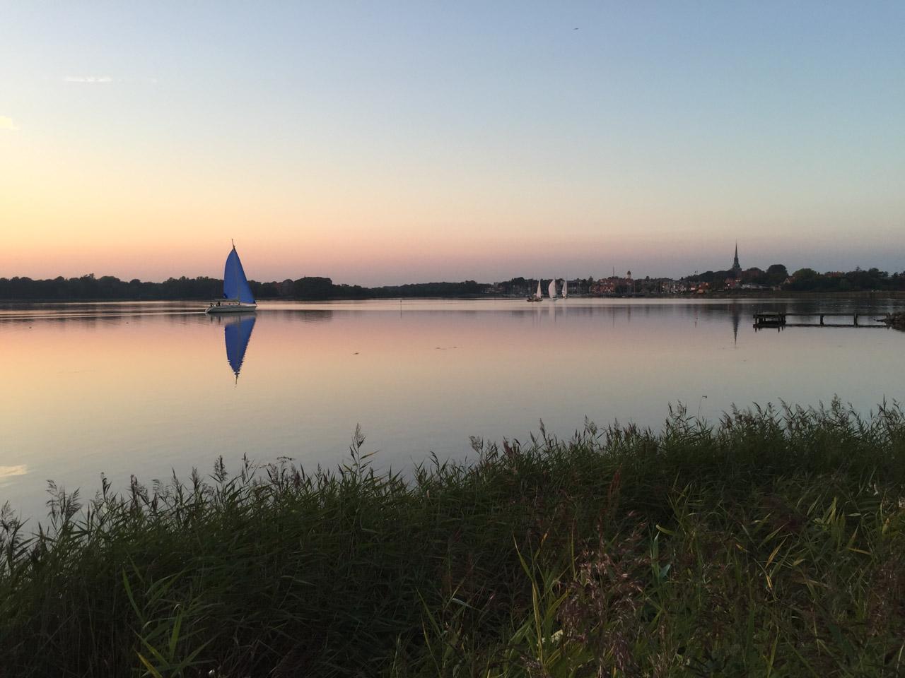 Uitzicht over Nysted baai bij zonsondergang.