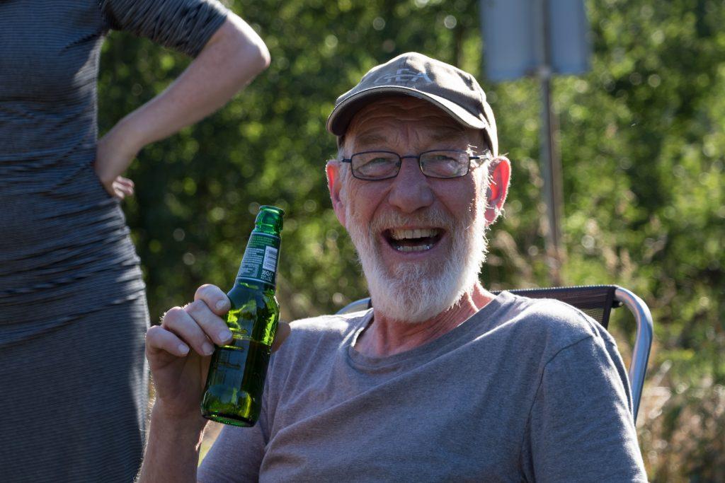 Pap met een biertje om zijn pensioen te vieren.