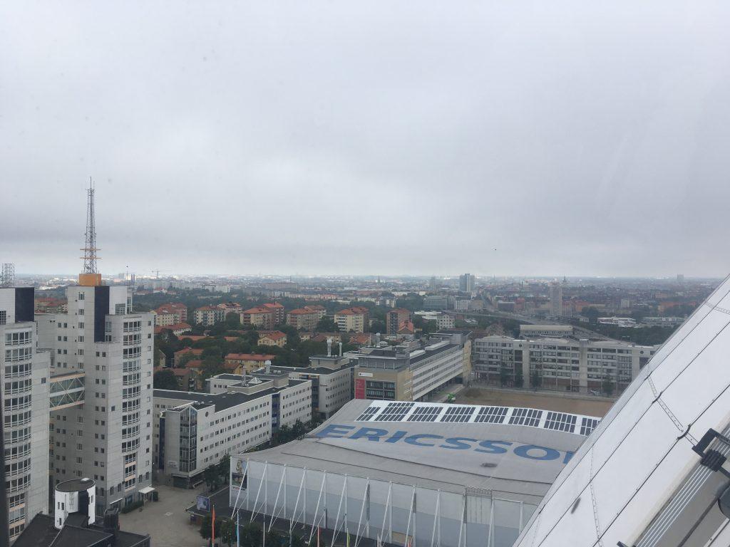 Uitzicht vanuit Skyview Stockholm op een grijze dag.