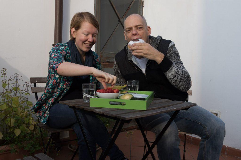 Ontbijten op ons dakterras in Palermo.