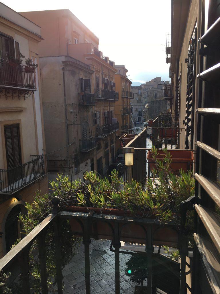 Uitzicht vanaf ons balkon in Palermo.