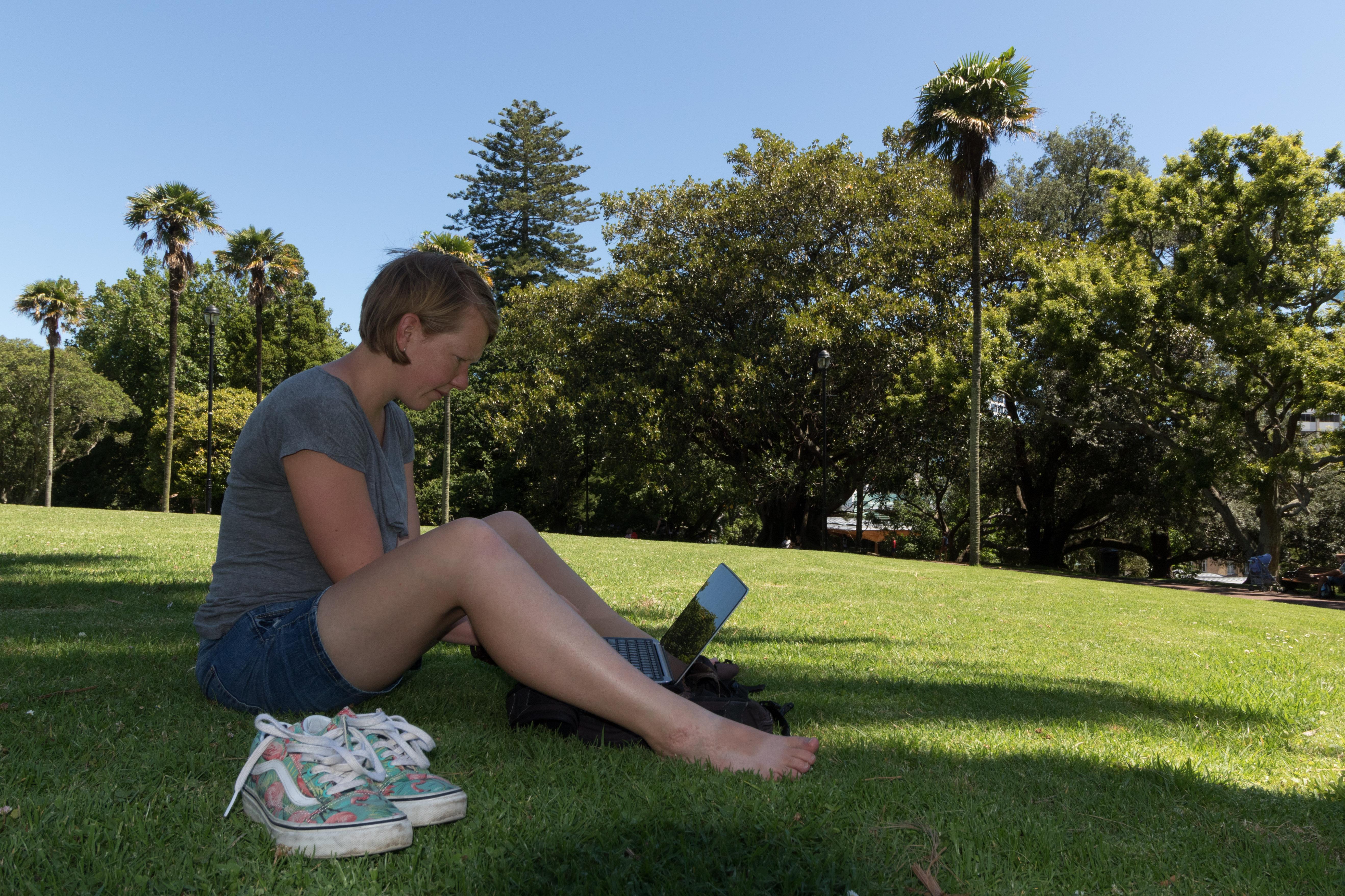 Yvonderweg - Vanzelf gaat het niet - Yvonne laptop Albertpark Auckland