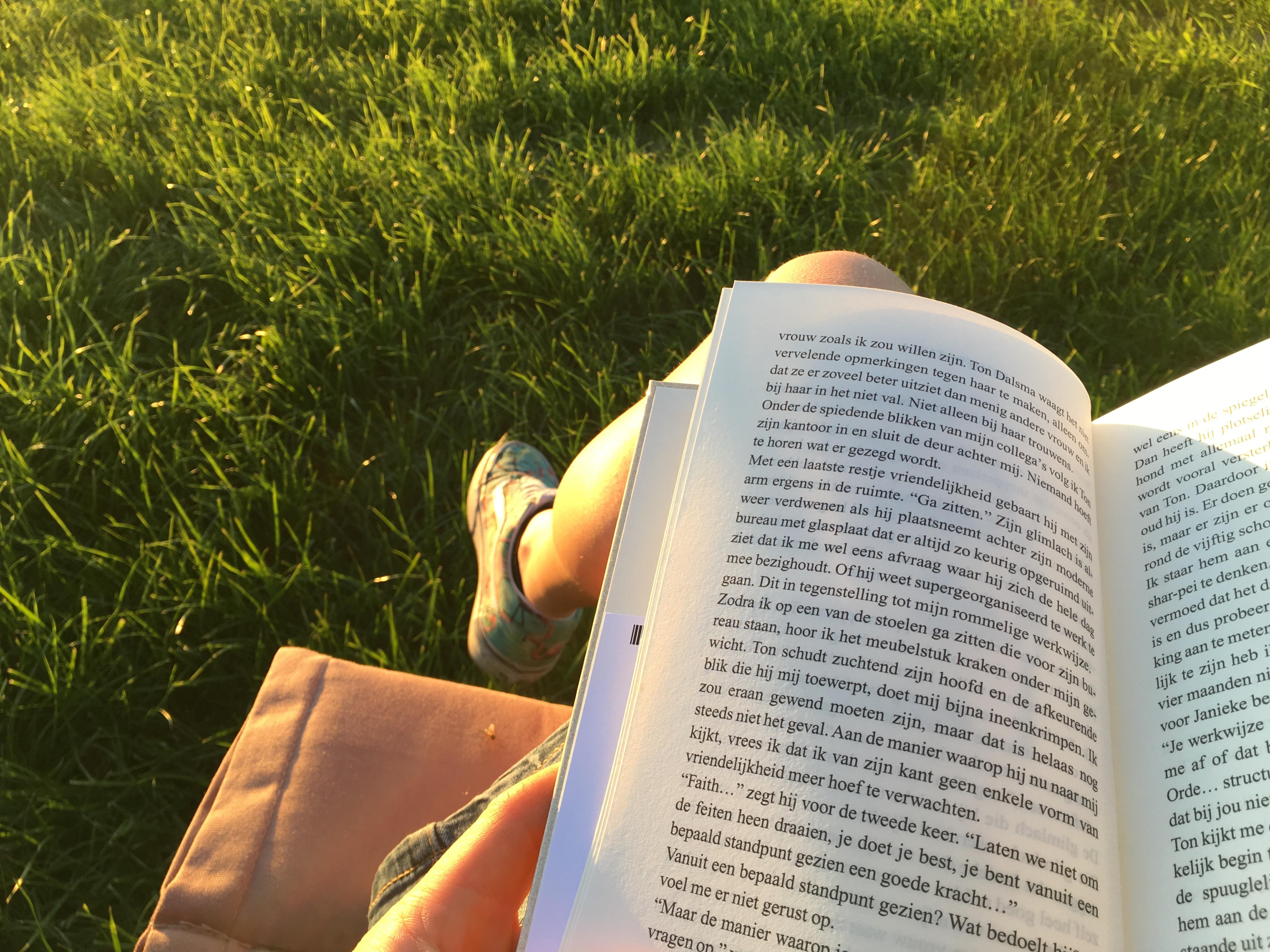 Boek lezen tijdens zonsondergang op vliegveld Teuge tijdens het Nederlands Kampioenschap Parachutespringen.