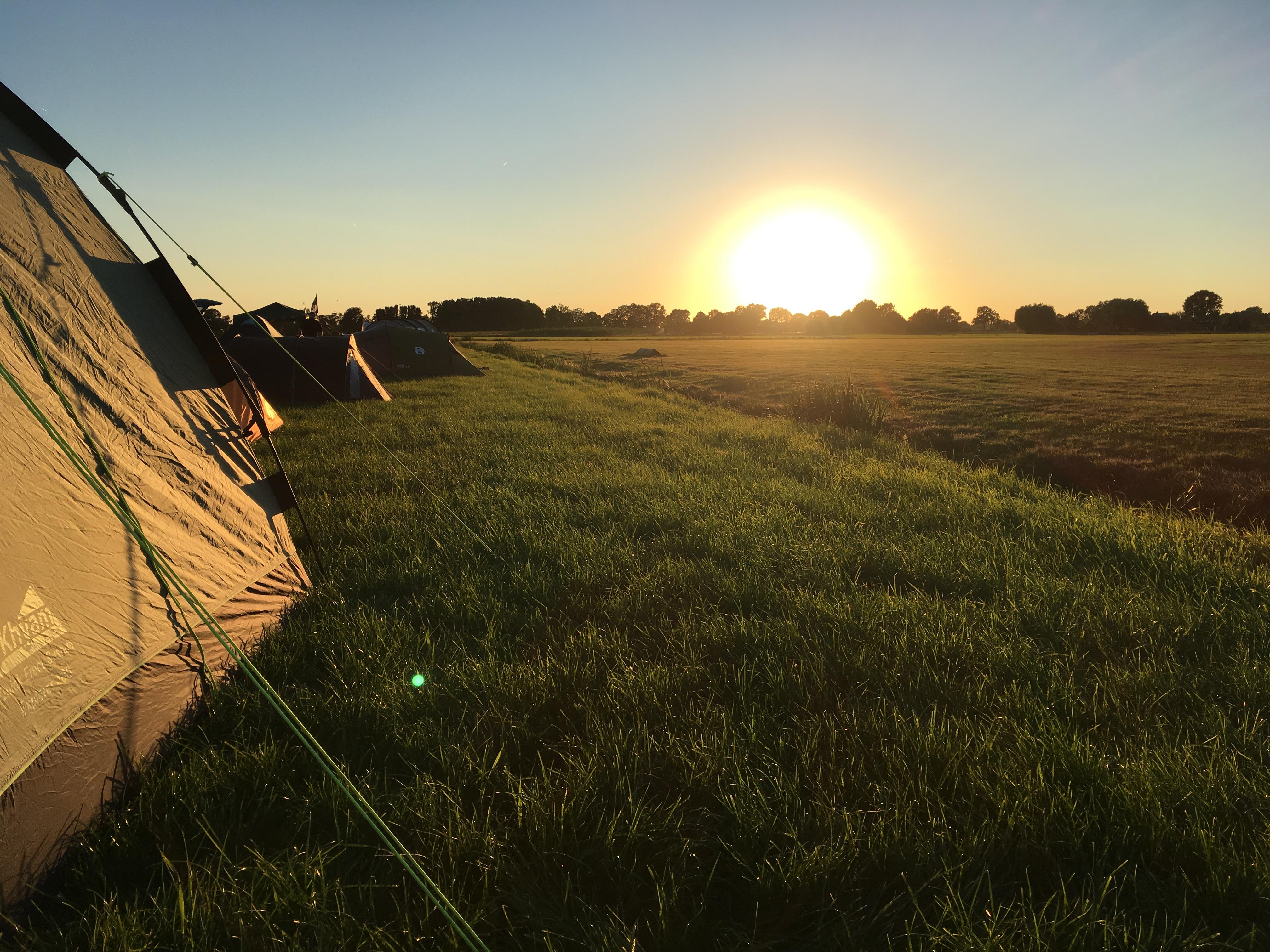 Zonsondergang op vliegveld Teuge tijdens Nederlands Kampioenschap Parachutespringen.