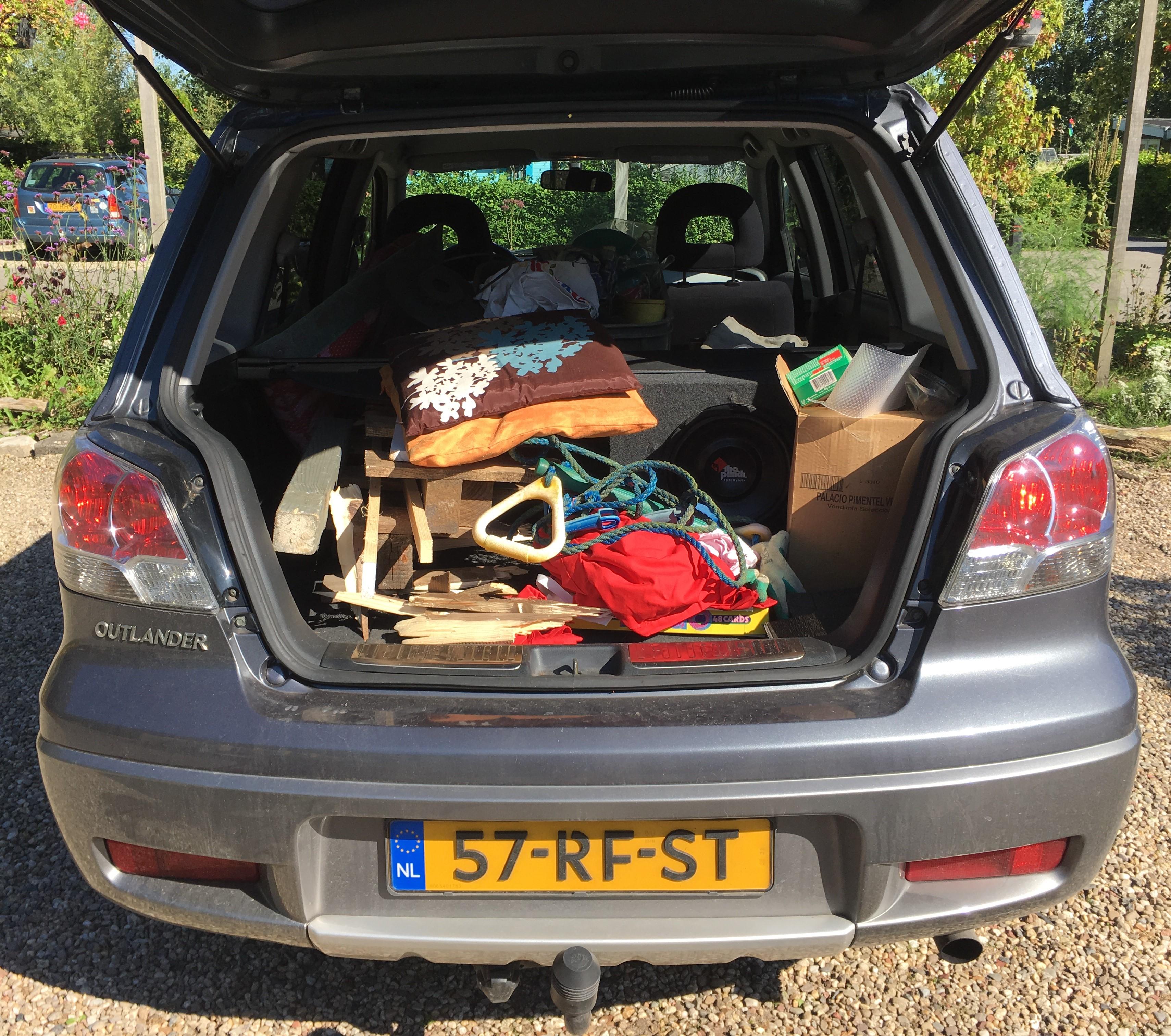 Auto vol meuk op weg naar milieustation.