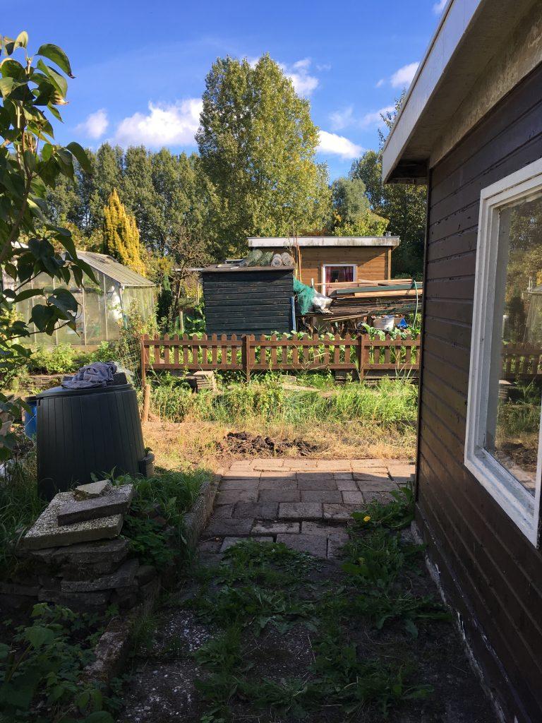 Moestuin onkruidvrij maken achter het tuinhuisje.