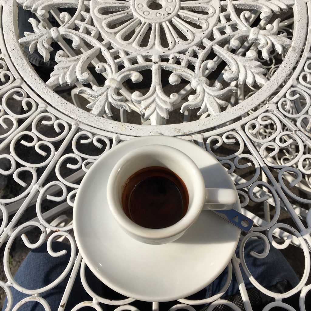 Espresso drinken in Palermo, Sicilie.