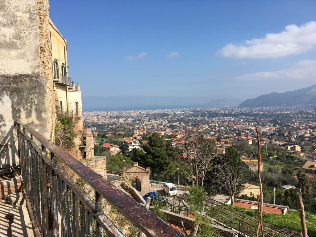 Uitzicht over het zonnige Palermo vanuit Monreale.