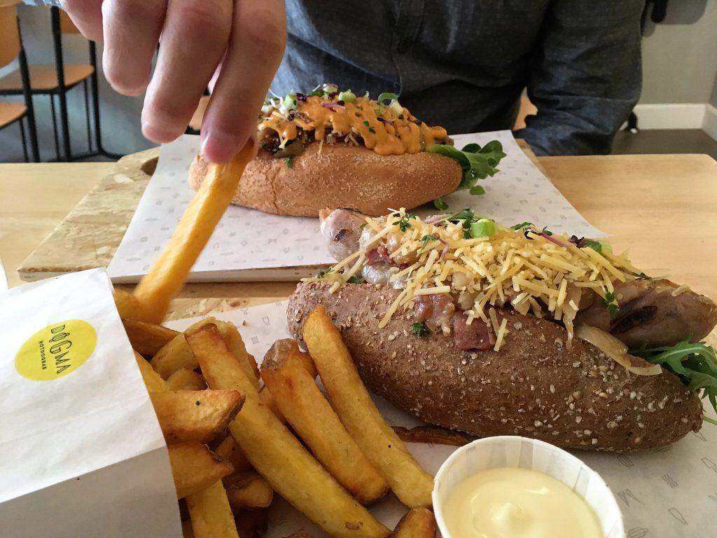 Hotdogs met zelfgemaakte frietjes bij Dogma in Utrecht.