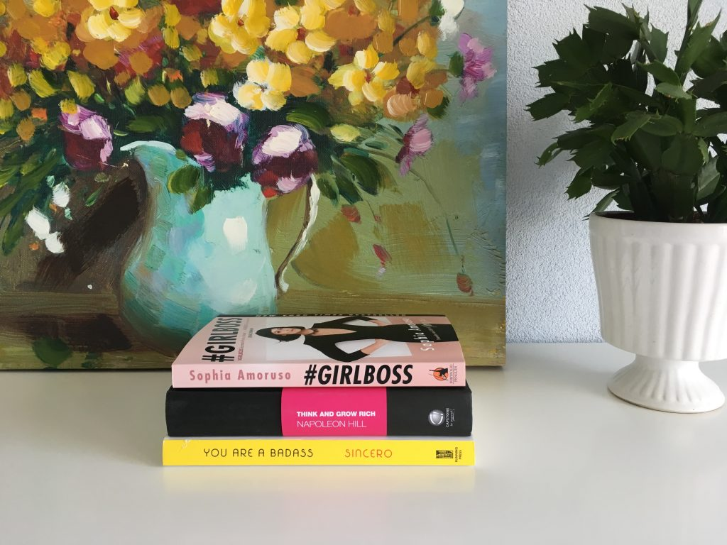 Blij met mijn nieuwe voorraad boeken: Think and grow rich (Napoleon Hill), You are a Badass (Jen Sincero) en Girlboss (Sophia Amoruso).