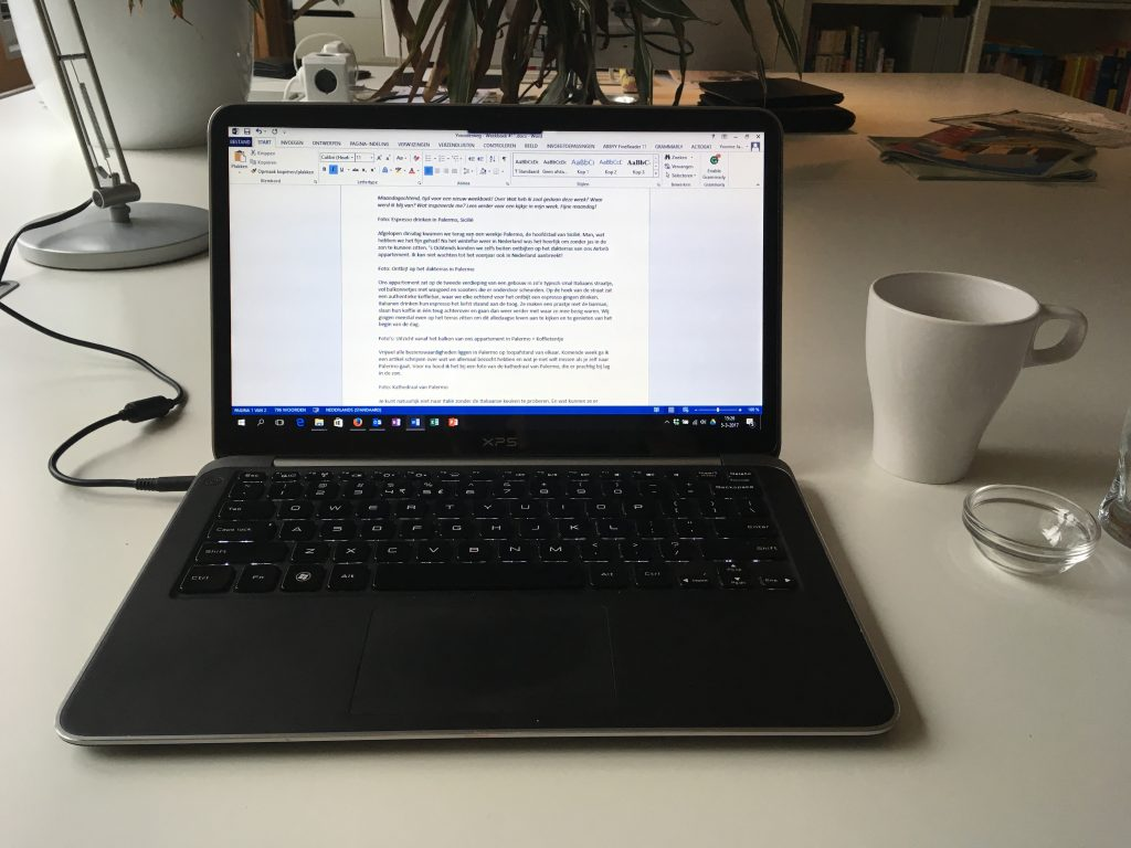 Werken achter de laptop.