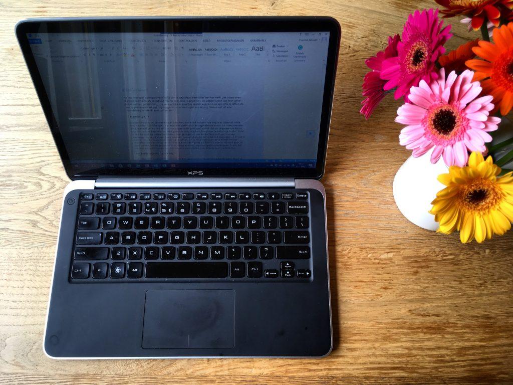 Weer aan het werk op de laptop na mijn zwangerschapsverlof.